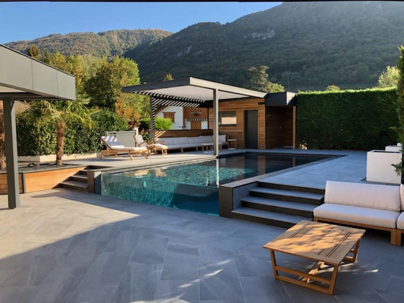piscine à paroi transparente